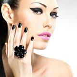 Cara da mulher bonita com pregos pretos e os bordos cor-de-rosa Imagem de Stock Royalty Free