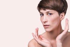Cara da mulher coberta com o símbolo rachado da textura da terra da pele seca foto de stock royalty free