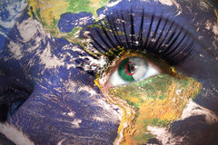 A cara da mulher com textura da terra do planeta e bandeira argelino dentro do olho Fotos de Stock Royalty Free
