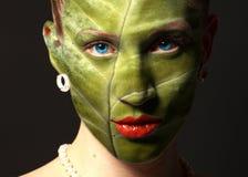 Cara da mulher com textura e olhos azuis da folha Conceito da ecologia fotos de stock