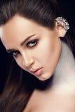 Cara da mulher da beleza com composição profissional e os bordos vermelhos 'sexy' Close up da pele facial macia modelo bonita de  fotografia de stock