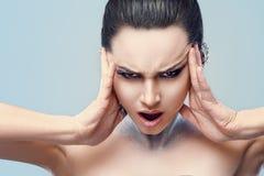 Cara da mulher da beleza com composição profissional e os bordos vermelhos 'sexy' Close up da pele facial macia modelo bonita de  imagem de stock royalty free