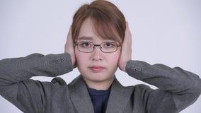Cara da mulher de negócios asiática bonita nova que cobre as orelhas como um conceito sábio de três macacos vídeos de arquivo
