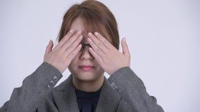 Cara da mulher de negócios asiática bonita nova que cobre os olhos como um conceito sábio de três macacos vídeos de arquivo