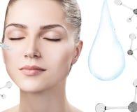Cara da mulher perto da gota da água com moléculas rendição 3d Imagem de Stock