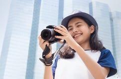 Cara de adolescente asiático como para tomar la foto Imagenes de archivo