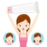 Cara de empaquetado de la muchacha y de limpieza que lleva Fotografía de archivo libre de regalías