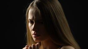 Cara de fechamento da senhora bonita assustado com as mãos que sentem medo só e vulnerável video estoque