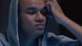 Cara de fechamento do adolescente afro-americano triste com mão, problemas psicológicos filme