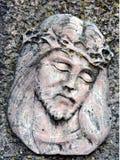 A cara de Jesus Christ e dos espinhos, como a decoração no cemitério fotos de stock royalty free