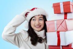 Cara de la belleza de la muchacha que sostiene las cajas de regalo Foto de archivo libre de regalías
