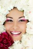 Cara de la belleza de la mujer con el marco de la peonía de la flor en blanco Fotos de archivo
