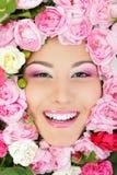 Cara de la belleza de la mujer con el marco de las rosas de la flor Foto de archivo
