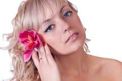 Cara de la belleza de la mujer hermosa con la flor Imagenes de archivo