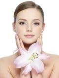 Cara de la belleza de la mujer joven con la flor Fotos de archivo libres de regalías