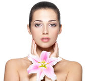 Cara de la belleza de la mujer joven con la flor Imágenes de archivo libres de regalías
