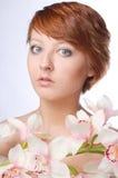 Cara de la belleza de la mujer joven con la flor fotografía de archivo