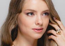 Cara de la belleza de las mujeres Modelo rubio hermoso Girl de la belleza de la mujer con fotos de archivo