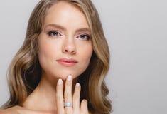 Cara de la belleza de las mujeres Modelo rubio hermoso Girl de la belleza de la mujer con imágenes de archivo libres de regalías