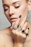 Cara de la belleza Manos del ` s de la mujer con los anillos de la joyería Fotos de archivo