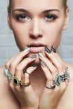 Cara de la belleza Manos del ` s de la mujer con los anillos de la joyería Imagen de archivo libre de regalías