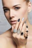 Cara de la belleza Manos del ` s de la mujer con los anillos de la joyería Fotos de archivo libres de regalías