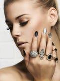 Cara de la belleza Manos del ` s de la mujer con los anillos de la joyería Fotografía de archivo libre de regalías