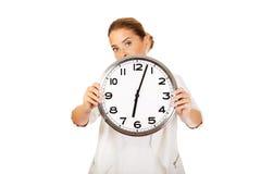 Cara de la cubierta de la empresaria con el reloj imágenes de archivo libres de regalías