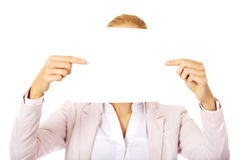 Cara de la cubierta de la mujer de negocios con la hoja del papel en blanco Imagen de archivo libre de regalías
