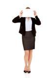Cara de la cubierta de la mujer de negocios con la hoja del papel en blanco Foto de archivo