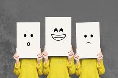 Cara de la cubierta de la muchacha con los tableros blancos Sistema de emociones pintadas Imagen de archivo