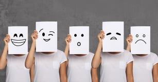 Cara de la cubierta de la muchacha con los tableros blancos Sistema de emociones pintadas Imagenes de archivo