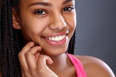 Cara de la muchacha afroamericana con sonrisa agradable Fotos de archivo libres de regalías