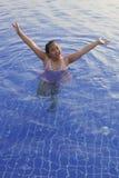 Cara de la muchacha asiática en piscina de agua azul Imágenes de archivo libres de regalías