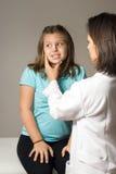Cara de la muchacha del doctor verificaciones. Vertical Imagen de archivo libre de regalías