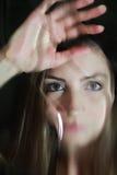 Cara de la muchacha detrás del vidrio Imagen de archivo