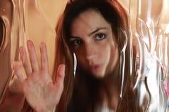 Cara de la muchacha detrás del vidrio Imagen de archivo libre de regalías