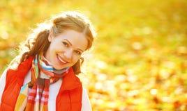 Cara de la muchacha feliz con las hojas de otoño en paseo Imagen de archivo libre de regalías