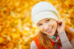 Cara de la muchacha feliz con las hojas de otoño en paseo Fotos de archivo