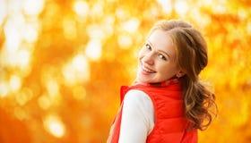 Cara de la muchacha feliz con las hojas de otoño en paseo Fotografía de archivo