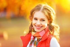 Cara de la muchacha feliz con las hojas de otoño en paseo Foto de archivo