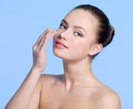 Cara de la muchacha hermosa con crema en nariz Imagen de archivo libre de regalías