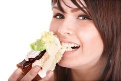 Cara de la muchacha que come la torta. imagenes de archivo