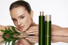 Cara de la mujer de la belleza Hembra hermosa con los cosméticos naturales foto de archivo