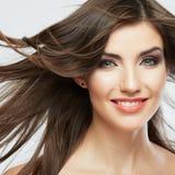 Cara de la mujer con el movimiento del pelo en el fondo blanco aislado Fotos de archivo