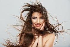 Cara de la mujer con el movimiento del pelo en el fondo blanco aislado Fotos de archivo libres de regalías