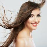 Cara de la mujer con el movimiento del pelo en el fondo blanco aislado Foto de archivo