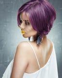 Cara de la mujer con el pelo corto, labios amarillos Fotos de archivo