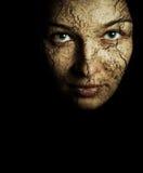 Cara de la mujer con la piel seca agrietada imagenes de archivo