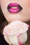 Cara de la mujer con los labios y Rose Flower de la lila Imagenes de archivo